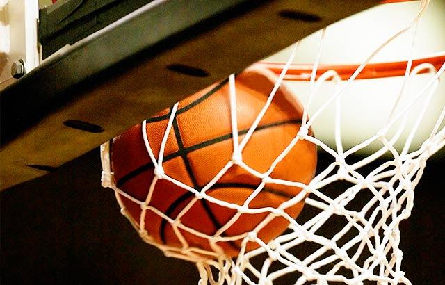 バスケットボールの試合でパイプ椅子をレンタル